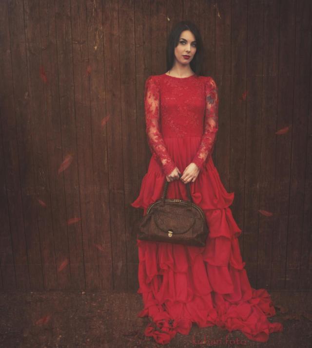 Kinga im roten Kleid