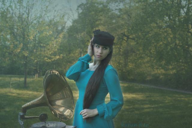Irina mit Gramophon_DSC2677.JPG