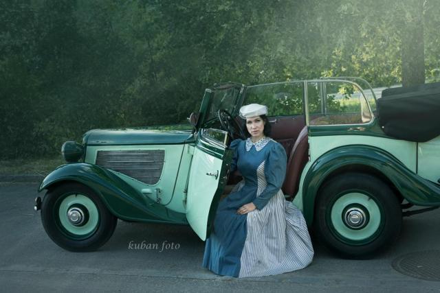 Irina und Oldtimer_DSC5464