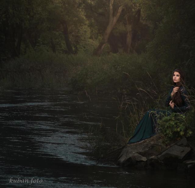 Celina nachdenklich am Fluss_DSC9433
