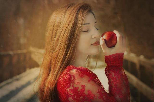 Milica mit Apfel_DSC7514
